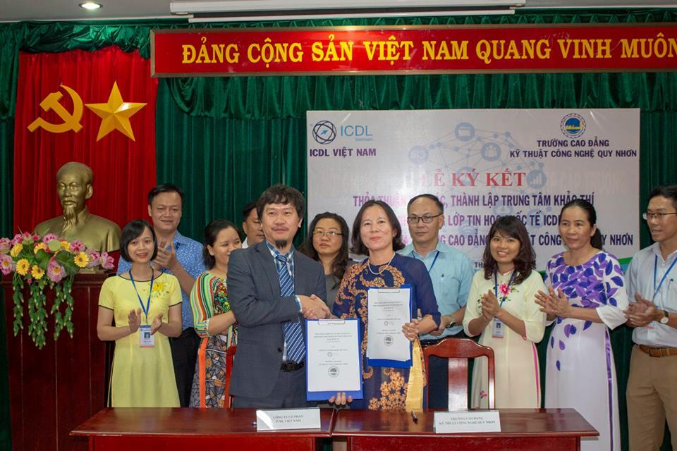 Đại diện ICDL Việt Nam và Hiệu trưởng trường CĐ Kỹ thuật Công nghệ trao thỏathuận hợp tác và thành lập Trung tâm khảo thí ICDL.