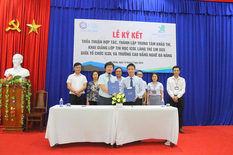 Đại diện hai bên trao thỏathuận hợp tác và thành lập Trung tâm khảo thí ICDL.