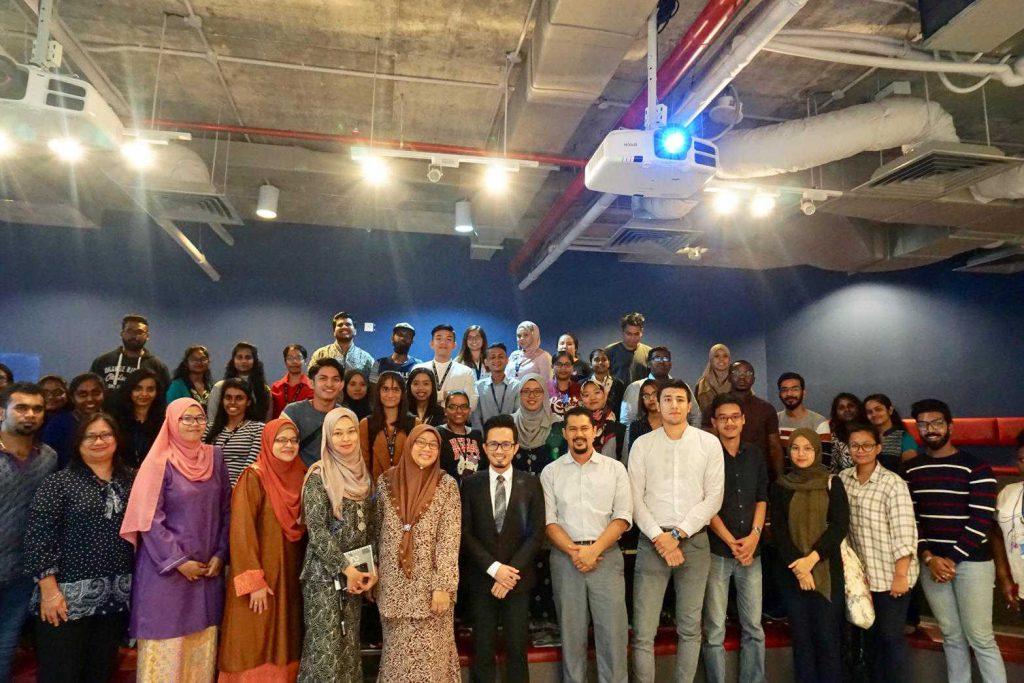 Các sinh viên Nhân sự và ôngSyed Fairul Al-Mashoor trong buổi chia sẻ về kỹ năng CNTT.