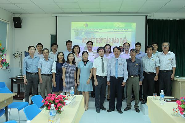 ICDL và nhà trường chụp ảnh lưu niệm trong buổi thảo luận nâng cao kỹ năng công nghệ thông tin.