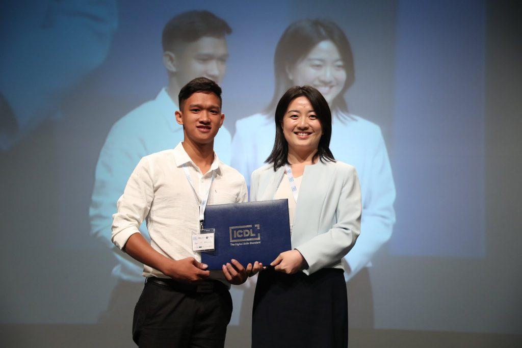 Hữu Nam và đại diện ICDL Châu Á