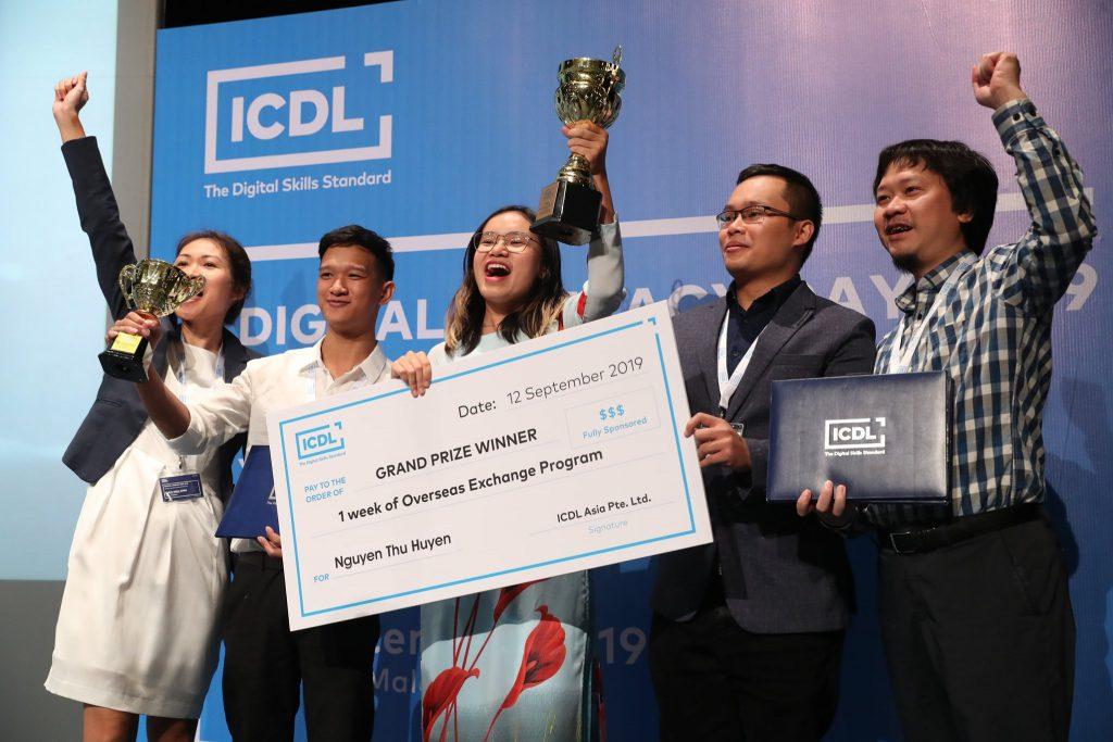 Thu Huyền (sv Kinh tế Quốc dân ) và Hữu Nam (sv CĐ Nghề Công nghệ cao Hà Nội) tại ICDL Challege 2019.
